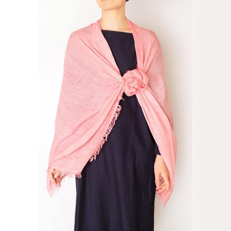 ピンク色ストールと紺色ワンピースの春コーデ
