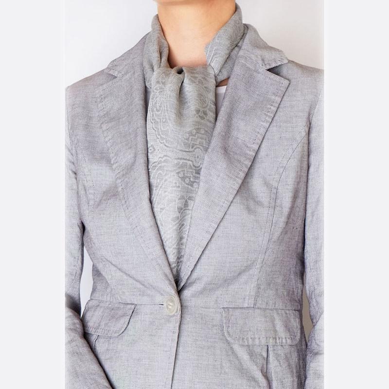 ロングスカーフとグレー色スーツの春コーデ