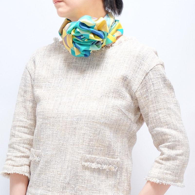スカーフとレディースツイードジャケットの春コーデ