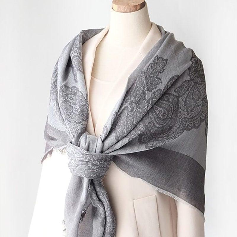 大判スカーフとコートの春コーデ