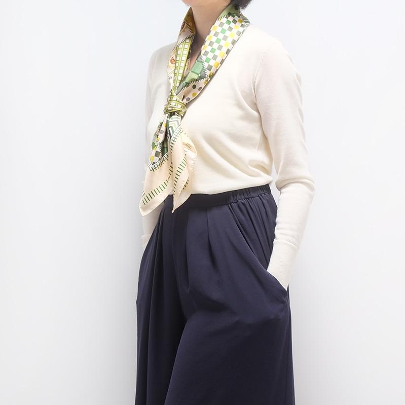 スカーフ 白ニットとワイドパンツのコーデ 春と秋におすすめ 88cm角約90×90サイズ グリーン色