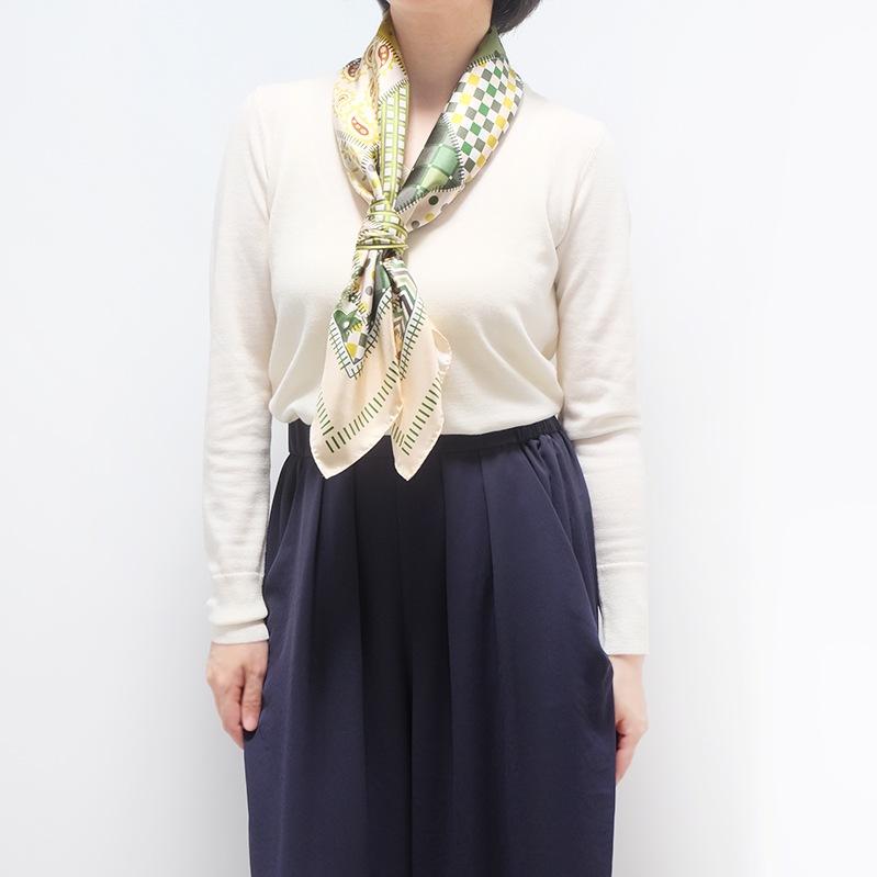シルクスカーフ 白ニットとワイドパンツのコーデ 春と秋におすすめ 88cm角約90×90サイズ グリーン色