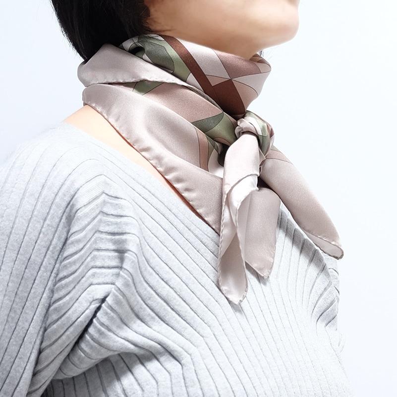 イタリア製 春夏スカーフ モカ茶カーキ・幾何学模様1