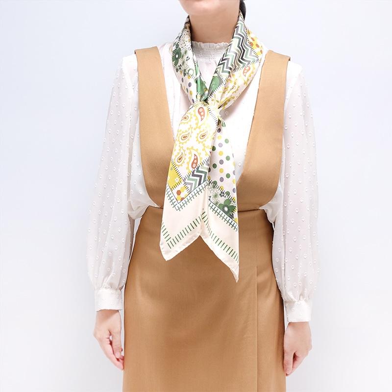 シルクスカーフ キャメル色ジャンパースカートとのコーデ 春と秋におすすめ 88cm角約90×90サイズ グリーン色2