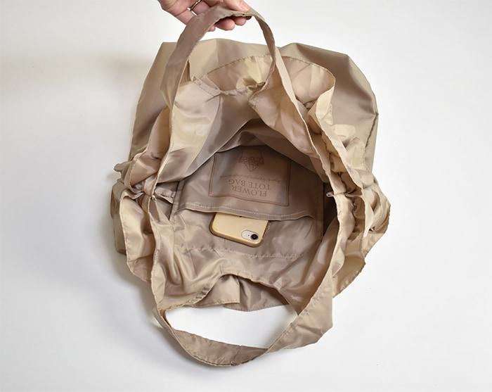 内ポケットがあり、携帯や財布など小物収納に便利です。