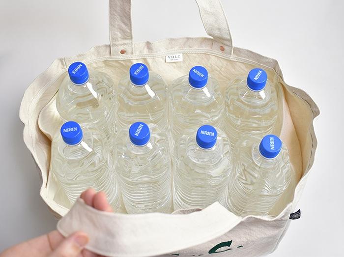 2Lペットボトルが8本収納できます。