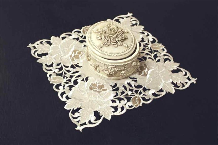 カットワーク刺繍のドイリー、花びん敷