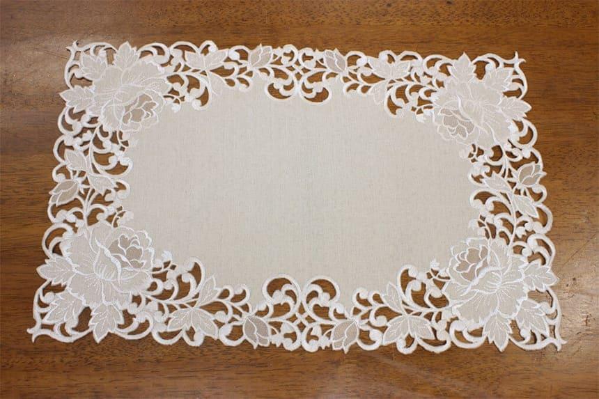 カットワーク刺繍のテーブルセンター45cm