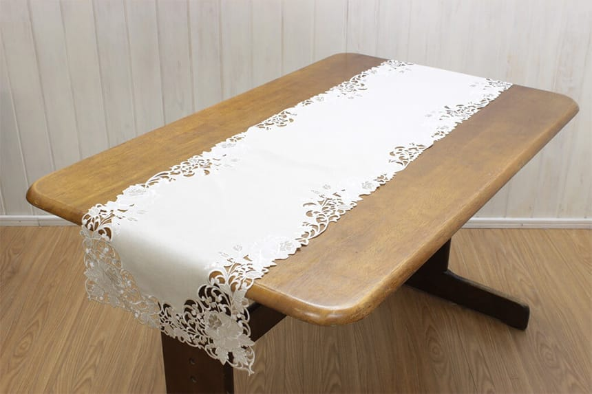 カットワーク刺繍のテーブルセンター