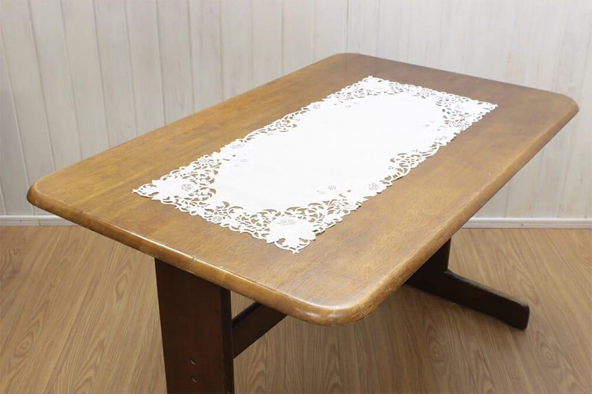 カットワーク刺繍のテーブルセンター90cm