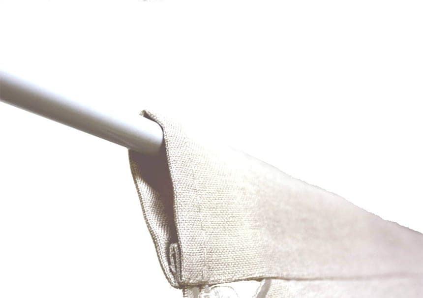 カットワーク刺繍のピアノカバー、棒通し部分