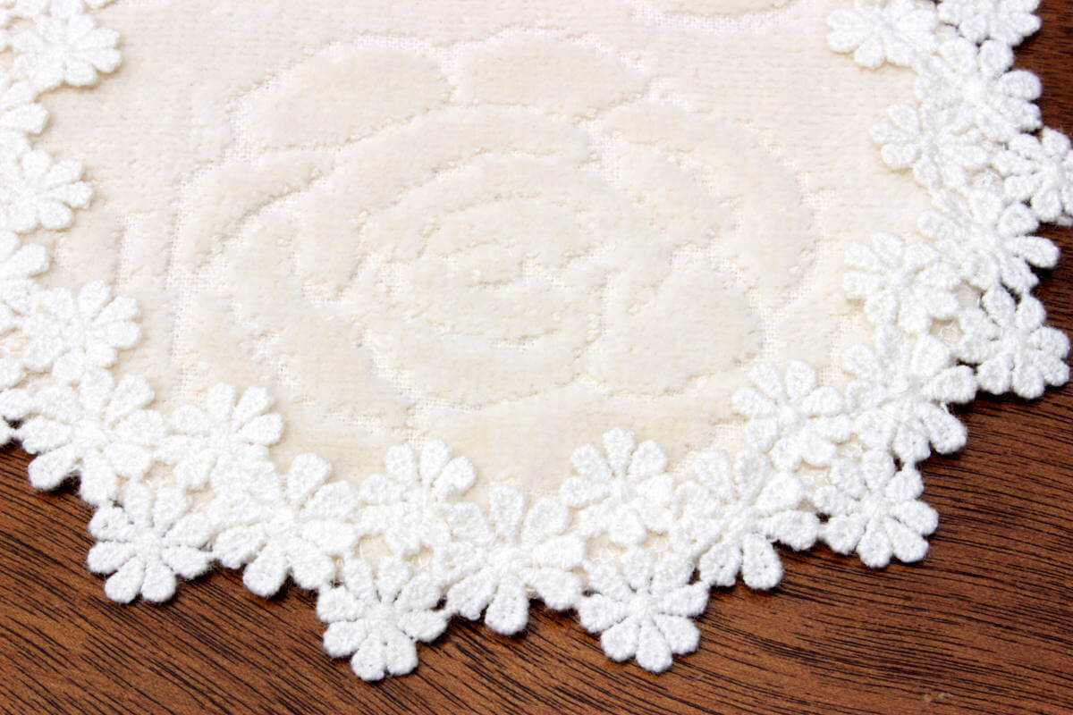 バラのジャカード織タオル、コースターの外周は綿ギュピールレースです。