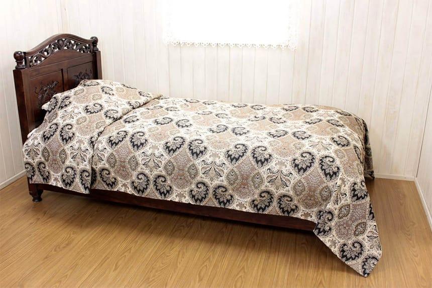 アルヴァ シリーズのマルチカバー(約180×260cm)をベッドに掛けた一例です。