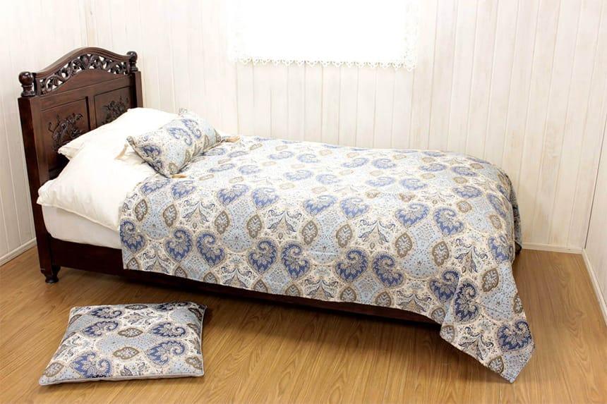 アルヴァ シリーズのマルチカバー(約180×180cm)をベッドに掛けた一例です。