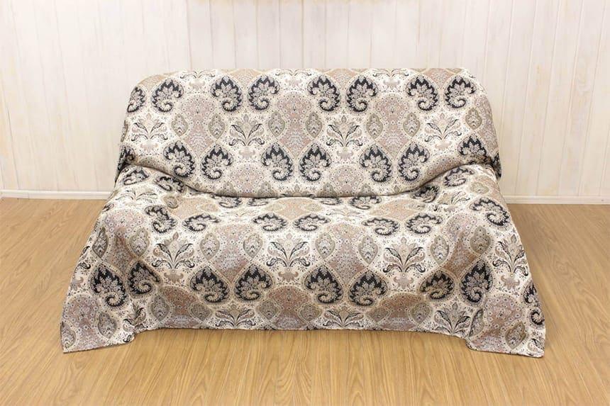 アルヴァ シリーズのマルチカバー(約180×180cm)を二人掛けソファに掛けた一例です。
