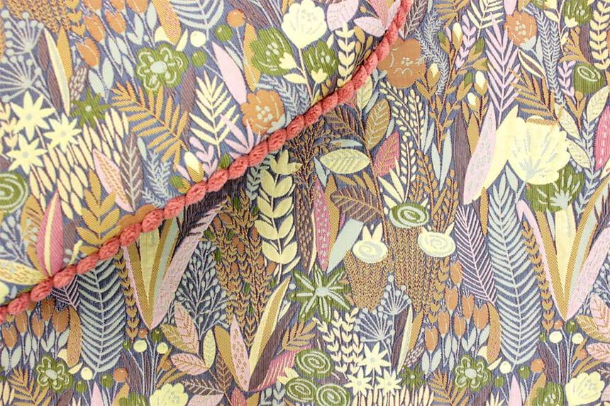 豊かな光沢で光が当たる角度や距離によって表情が変わる多色づかいのジャカード織です。