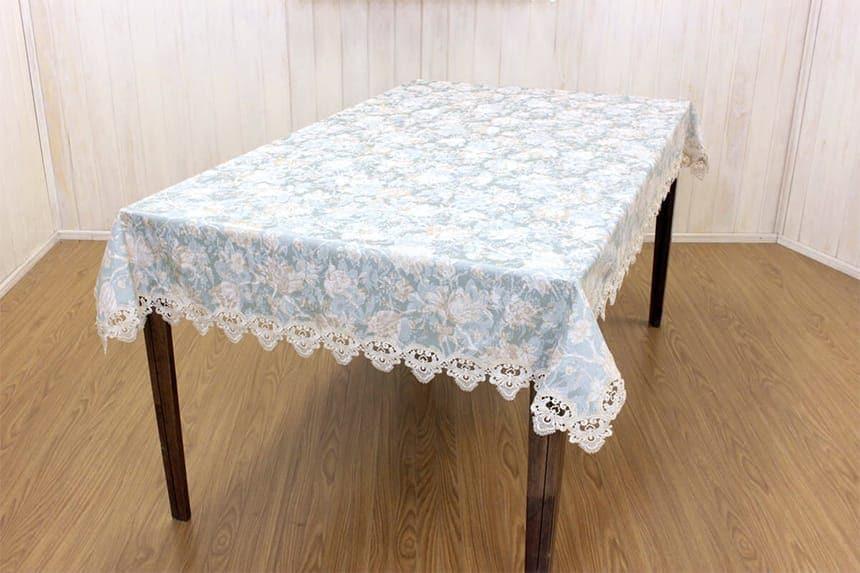 ターコイズ シリーズ テーブルファブリックの約130×200cmを90×150cmのテーブルに掛けた一例です。