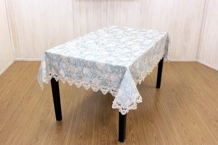 ターコイズ シリーズのテーブルクロス 約130×170cmを75×120cmのテーブルに掛けた一例です。