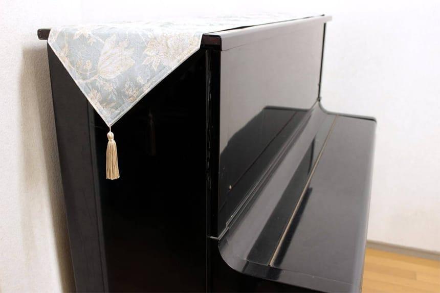 180cmのテーブルランナーをピアノの天板に掛けています。