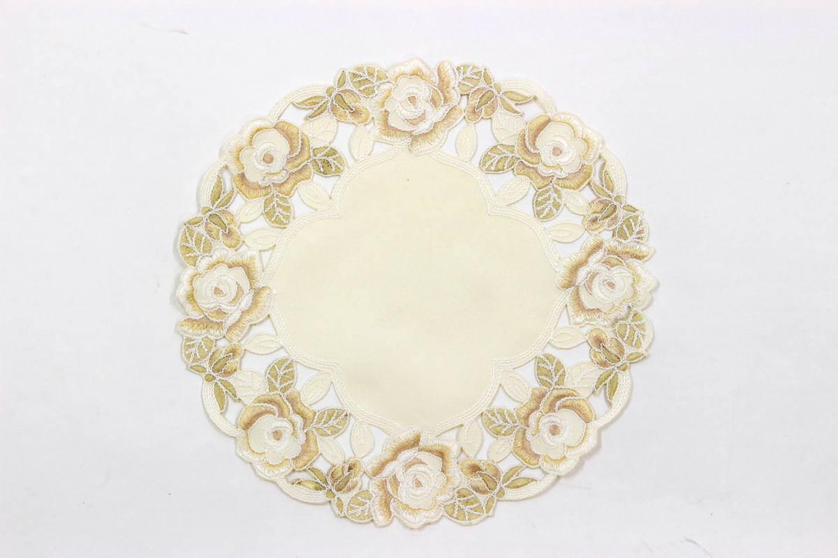 シャンパーニュ,バラ柄刺しゅうの花びん敷、直径は約25cmです。