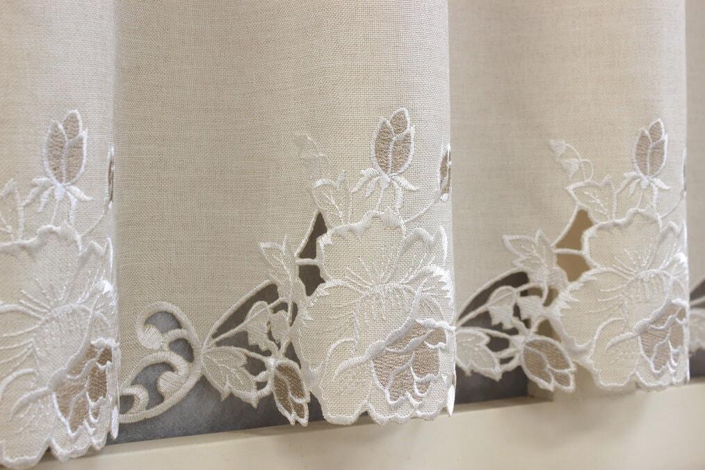 カットワーク刺繍のカフェカーテン、豪華な刺繍アップ。