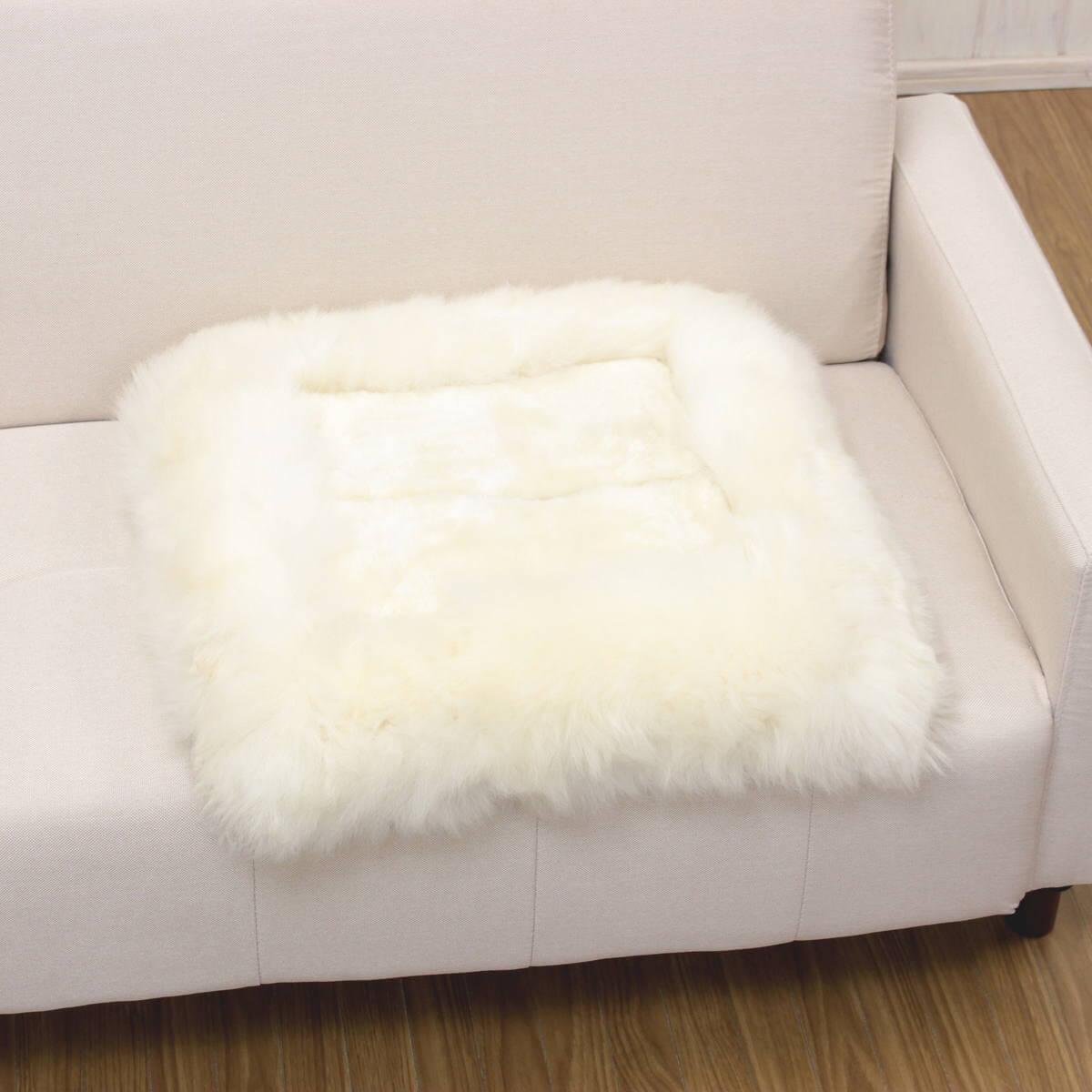 ムートンシートクッション(アイボリー)をソファに置いた一例です。