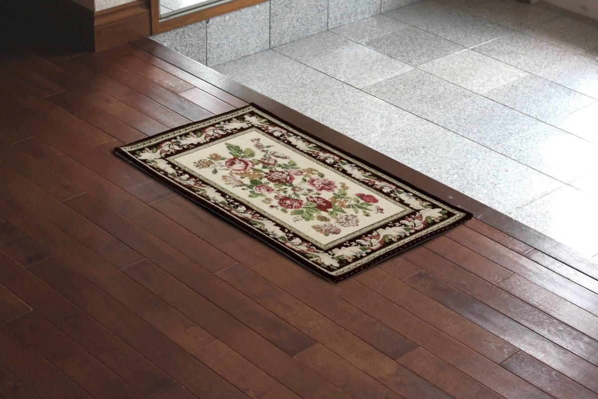 インテリアファブリック,アミブルージュ,バラ柄のシェニール織フロアマット約50×80cmを玄関に敷きました。