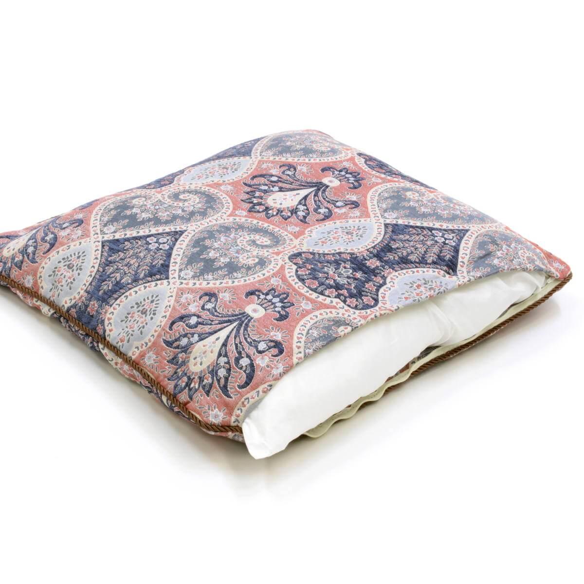 シリーズの座布団カバーは広幅ファスナー付で中材の出し入れが楽です。