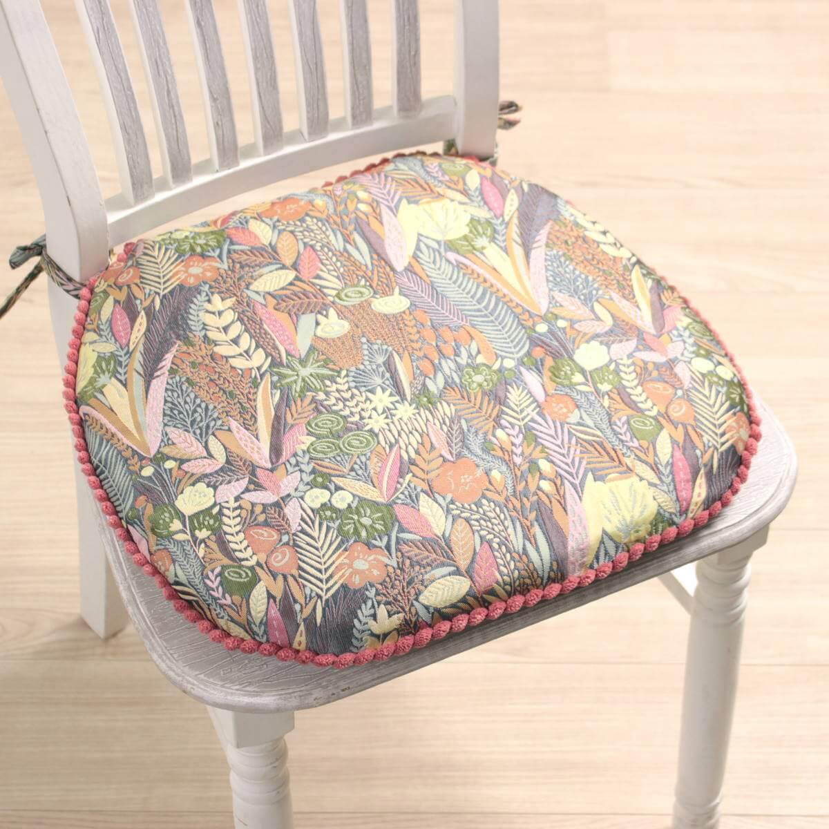 「植物たちの楽園」そんな印象を持つ多色づかいの紐付シートクッションです。