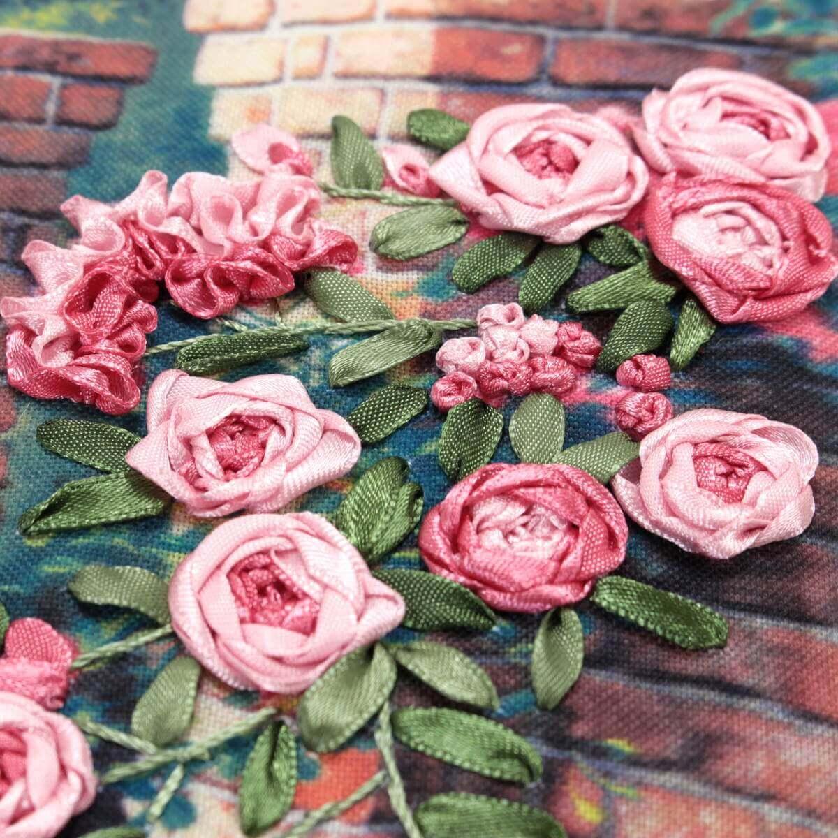 リボン刺繍アートパネル「母のポルテ」。一つ一つの花は職人の手仕事で表現されています。
