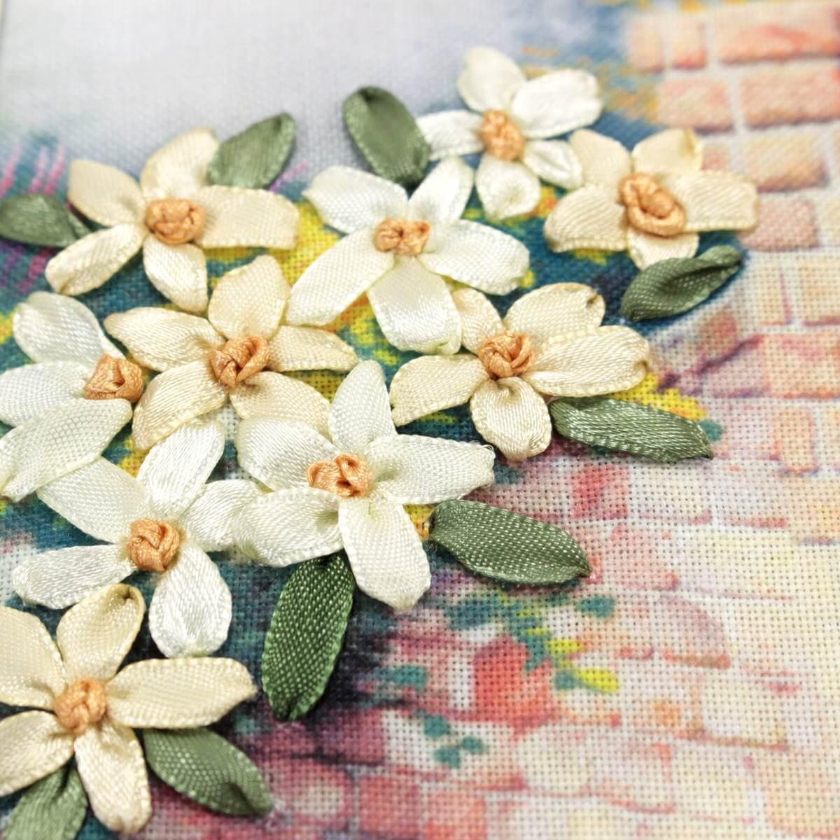 リボン刺繍アートパネル「花のポルテ」。刺繍部分は職人による手仕事で仕上げています。