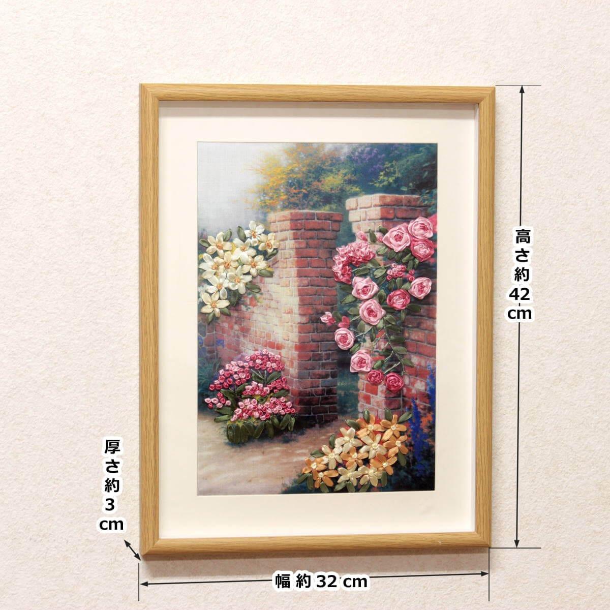 リボン刺繍アートパネル「花のポルテ」の外寸は幅約32cm、高さ約42cmです。