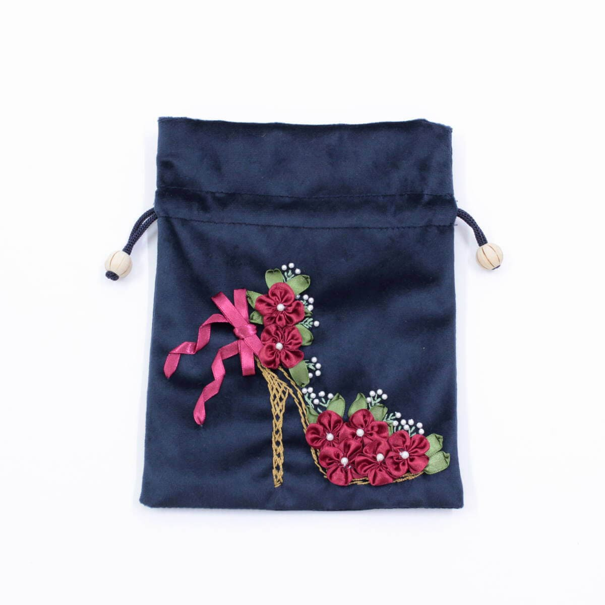 リボン刺しゅう シーナ シリーズの巾着はコンパクトに折りたたんで持ち運べます。