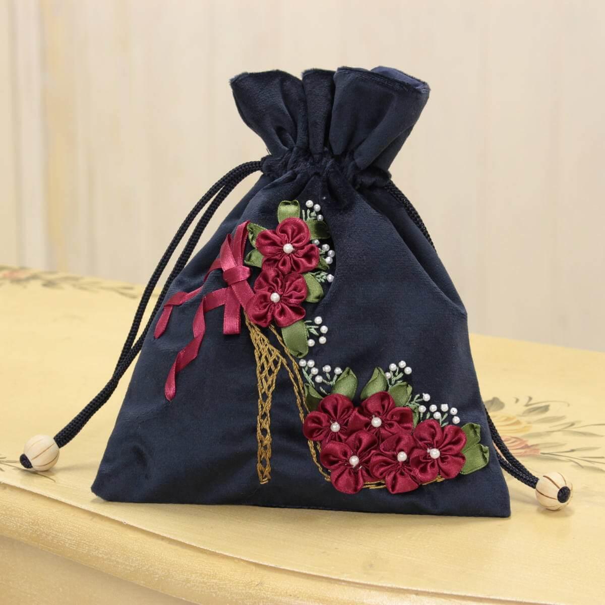 リボン刺しゅう シーナ シリーズの巾着です。
