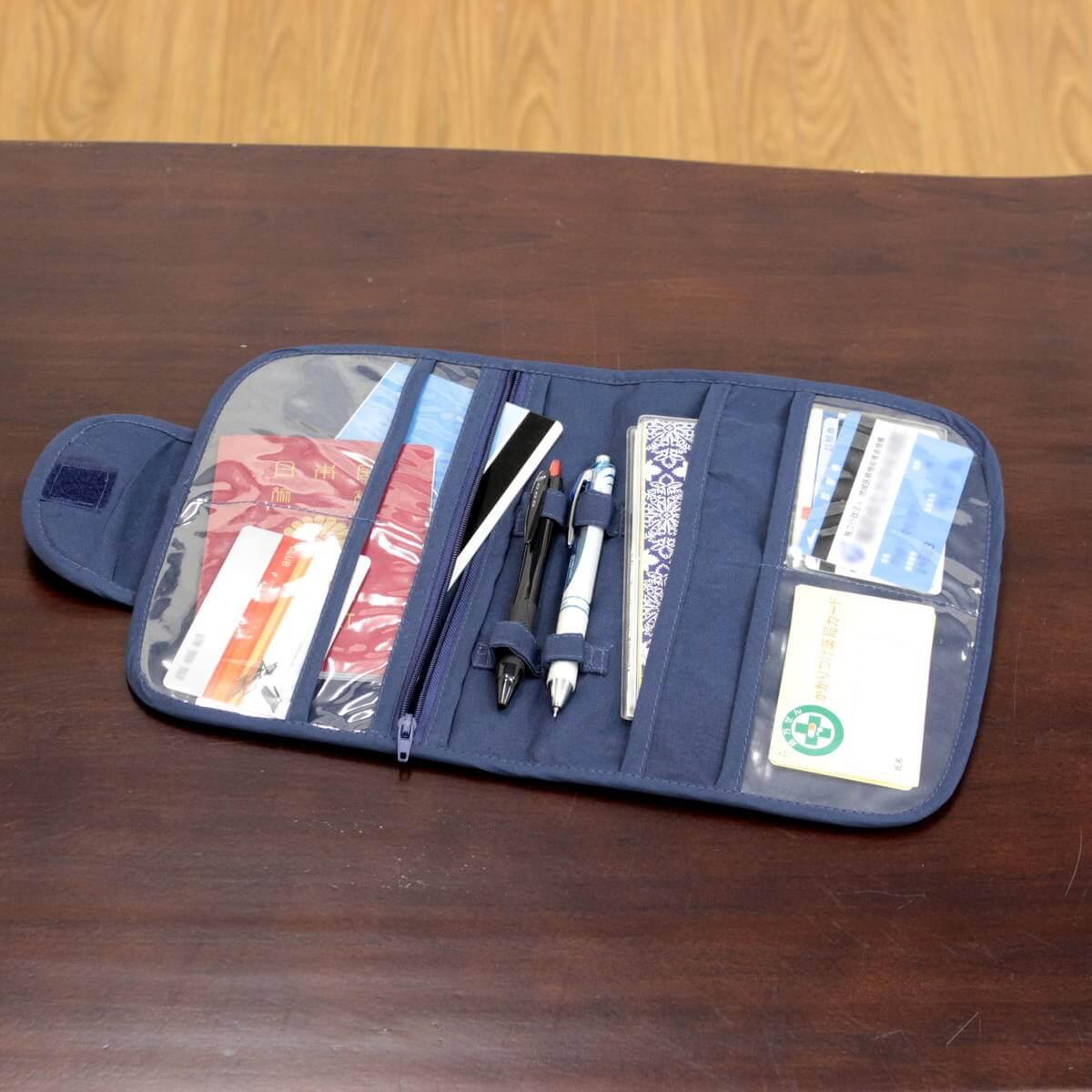 リボン刺しゅう シーナ シリーズ カードケースにはたくさんのポケットがあります。