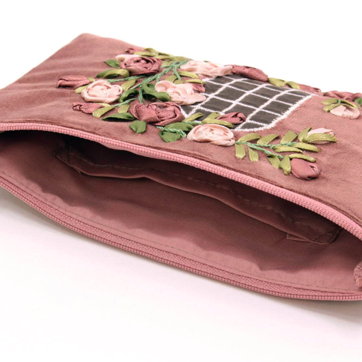 リボン刺しゅう フィールザローズ マルチケースの内側には平面ポケットが有ります。