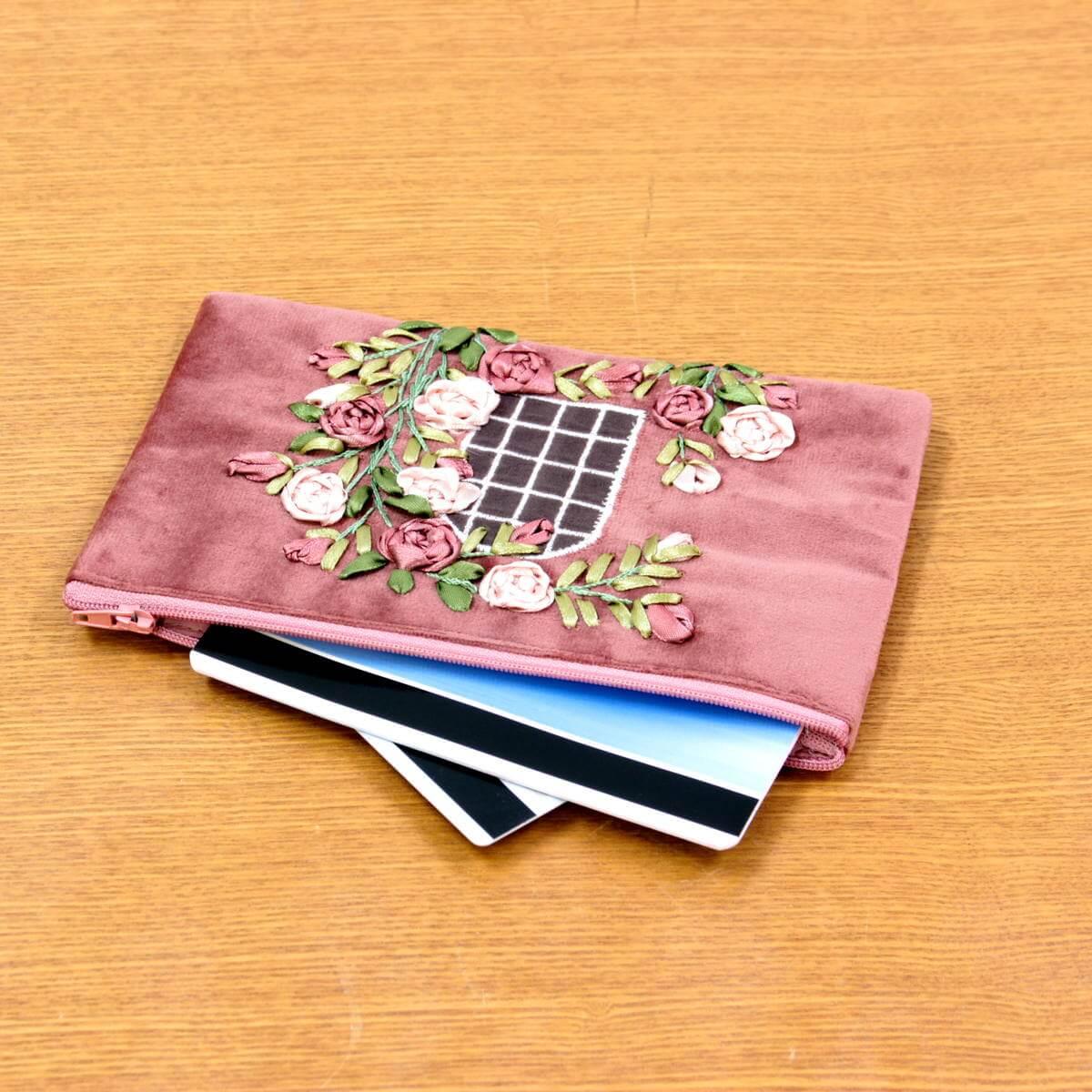 リボン刺しゅう フィールザローズ マルチケースは通帳や手帳など薄手のものを収納するのに便利です。
