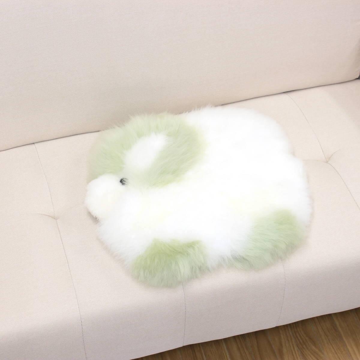 ムートンシートクッションひつじちゃん(グリーン)をソファに置いた一例です。