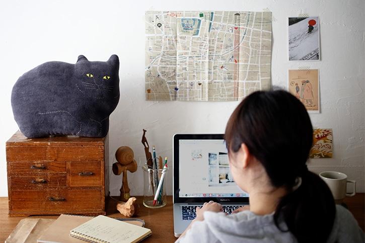動物クッション 黒ネコ ペロ・クジラ(トモタケ)