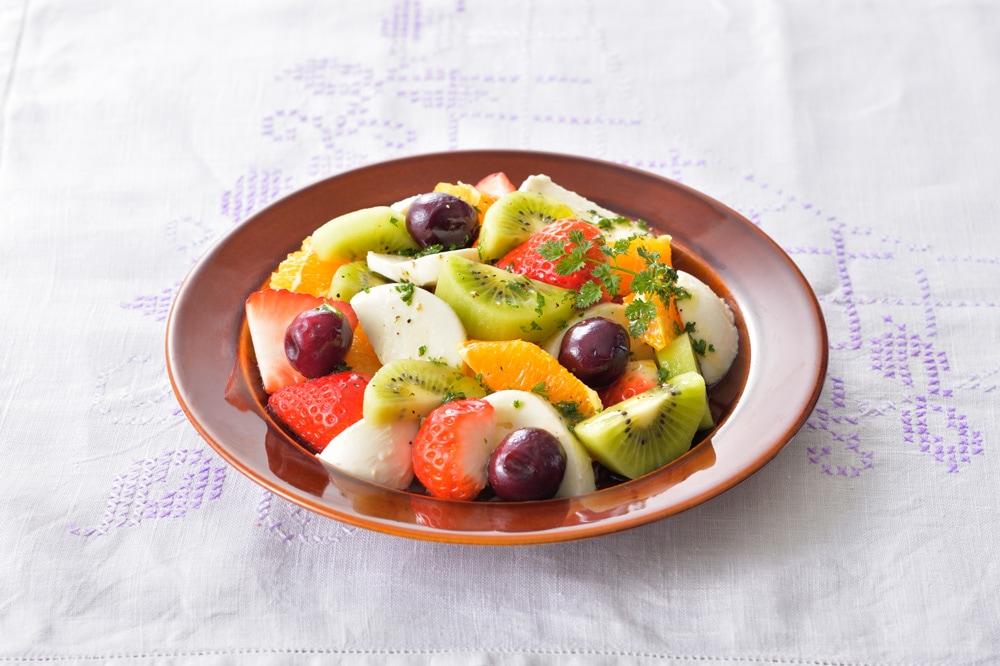 モッツァレラとハーブドレッシングのフルーツサラダ