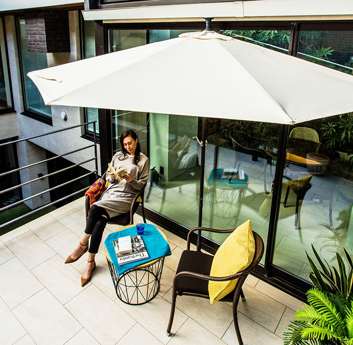 パラシェードハーフ,テラスでくつろぐ女性の写真