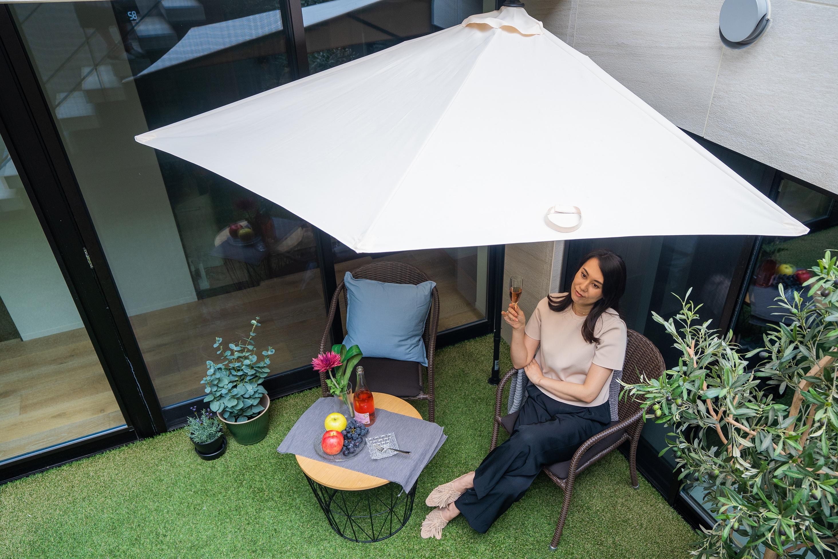 パラシェードクォーター,自宅の庭で設置し、くつろぐ女性の写真