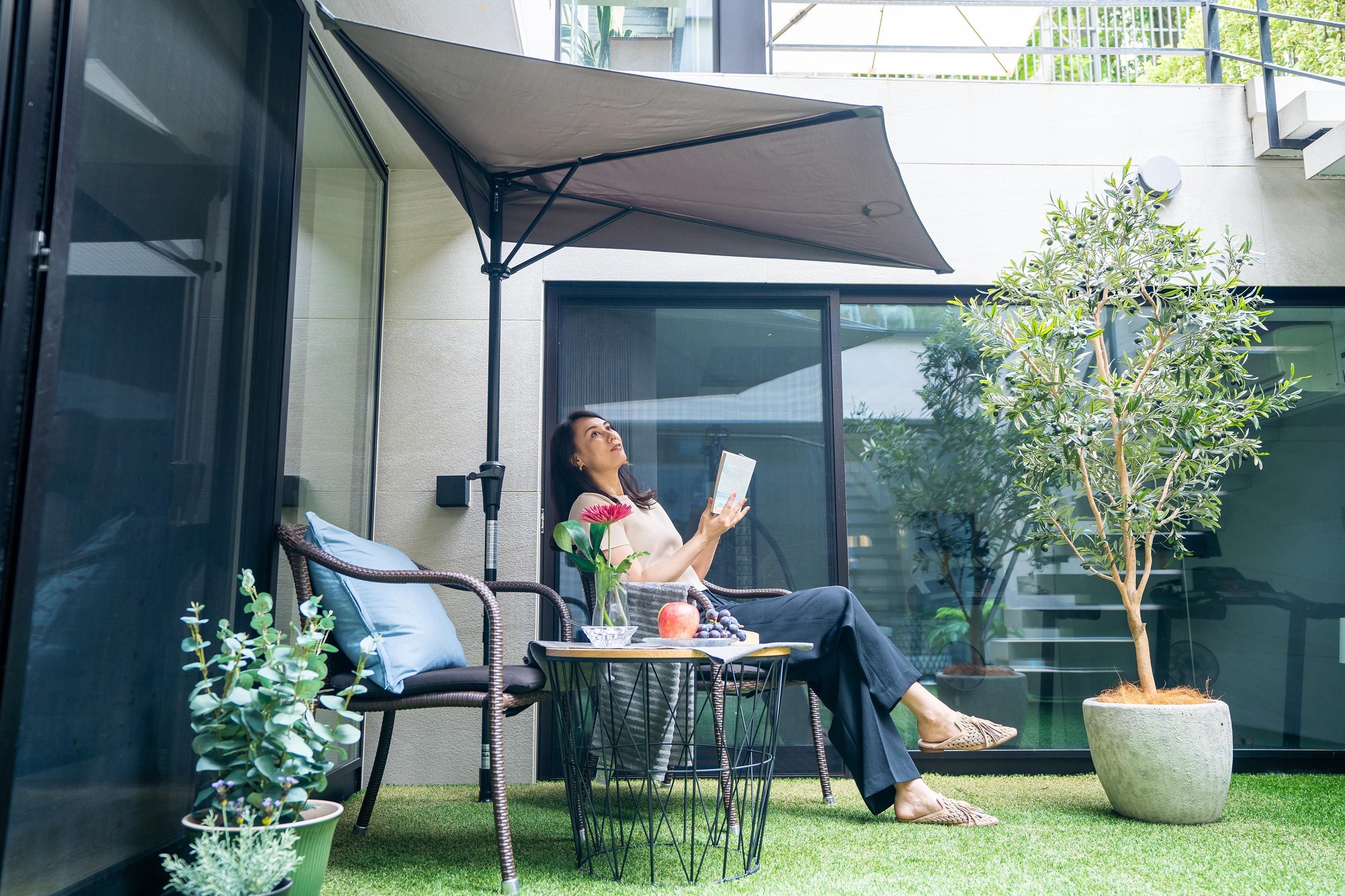 パラシェードクォーター,自宅の庭での設置,読書をする女性の写真