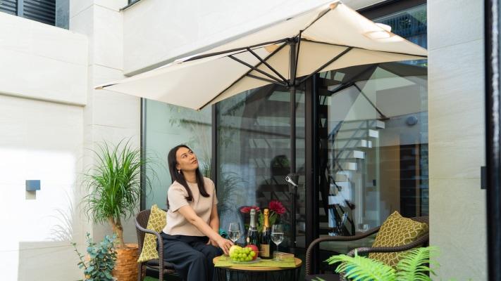 パラシェードレクタングル,自宅の庭での設置、くつろぐ女性の写真