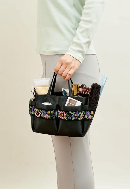 母・父・祖母・祖父へのプレゼント 持ち運べる小物入れ シェニール織 小物バッグ 使用イメージ写真