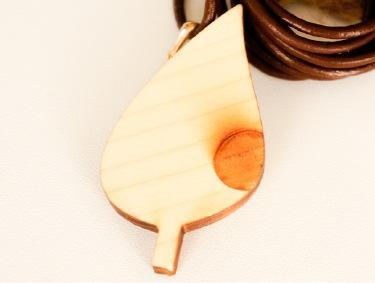 シンプルな穴塗り葉っぱのネックレス