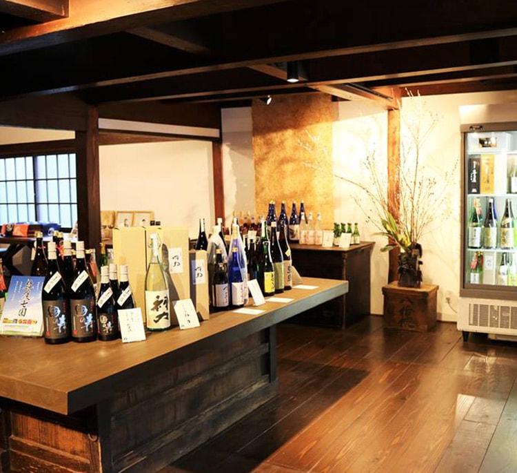 福岡県八女市白壁通り。築130年余の古民家にて酒屋を営むえびす酒店