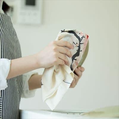 手ぬぐいで食器を拭く