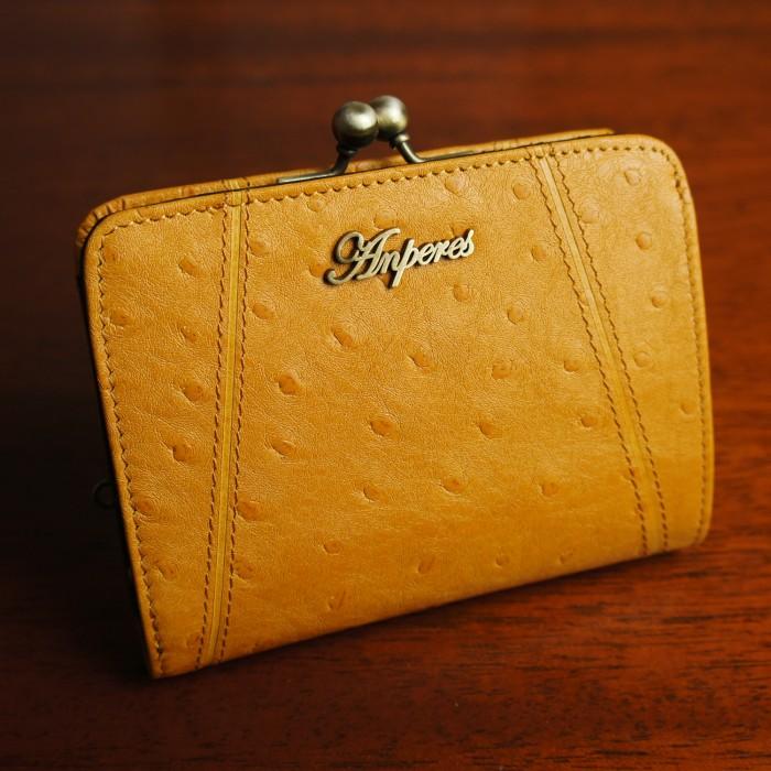 676260f8093f ゴートスキン. オーストリッチ型押しの天然山羊革を使用したがま口二つ折り財布。