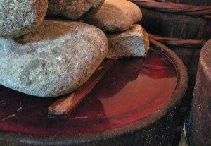 (赤い液体が樽の中に見える写真)